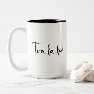 """Taza Bicolor """"La del la de Tra!"""" Tipografía: Fuente caligráfica"""