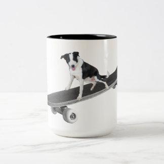 Taza Bicolor Patinador del perrito