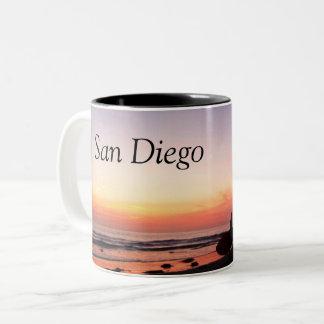 Taza Bicolor Personas que practica surf de San Diego