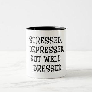 Taza Bicolor Subrayado. Cita deprimida, pero Bien-Vestida