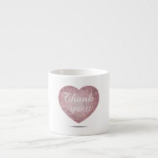 Taza blanca con geométrico en forma de corazón