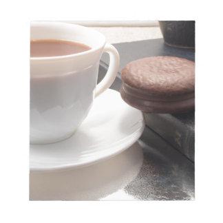 Taza blanca de chocolate caliente y de galletas bloc de notas