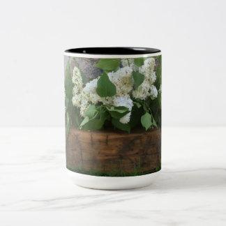 taza blanca de la lila