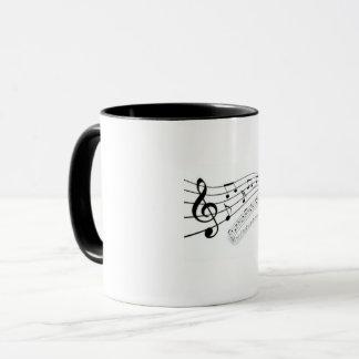 Taza blanca de la notación de música
