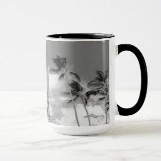 Taza blanco y negro de la fotografía de la palmera