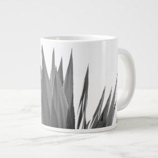 Taza blanco y negro de la fotografía de la planta