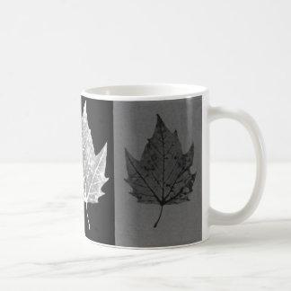 Taza blanco y negro de las hojas de otoño