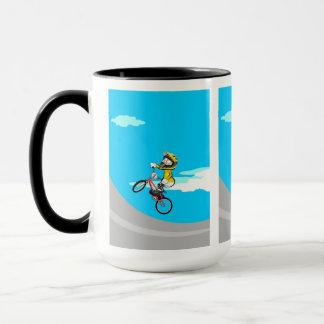 Taza BMX  niño con su bicicleta saltando en la rampa