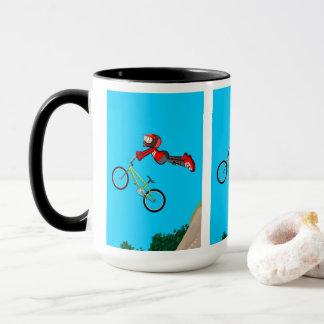 Taza BMX  niño en su bicicleta dando un gran salto