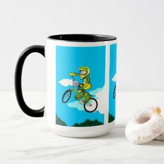 Taza BMX  niño en su bicicleta haciendo una pirueta