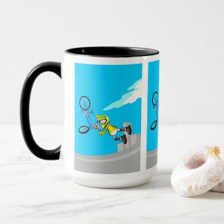 Taza BMX  niño vuela por el aire con su bicicleta azul