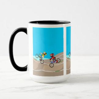 Taza BMX niños en sus bicicleta compitiendo en la pista