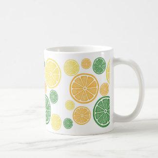 Taza brillante de la rebanada de la fruta cítrica