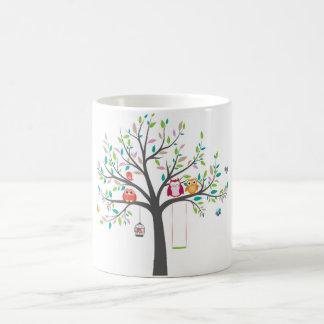 Taza -- Búhos lindos en árbol