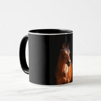 Taza caballo juguetón en el negro