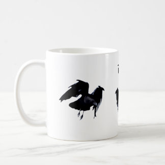 Taza clásica del cuervo en vuelo
