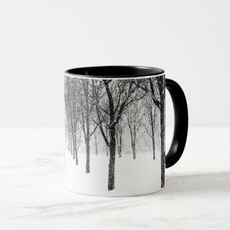 Taza como echo a un lado con los árboles
