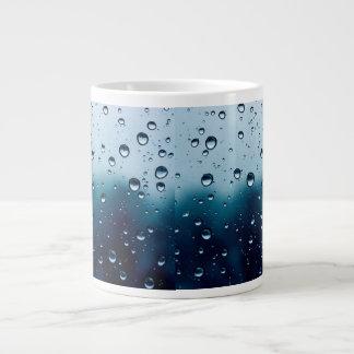 Taza con gotas de lluvia