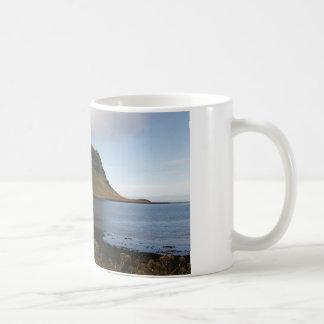 Taza con la imagen de Islandia (colina que sube