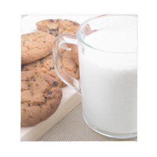 Taza con las galletas de la leche y de harina de bloc de notas