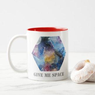 taza con los detalles de la galaxia y del espacio