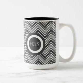 Taza con monograma de la bebida del gris de carbón