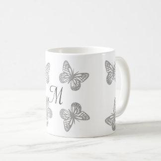 Taza con monograma de las mariposas elegantes