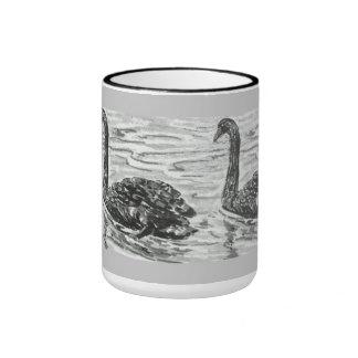 Taza con pares de cisnes negros