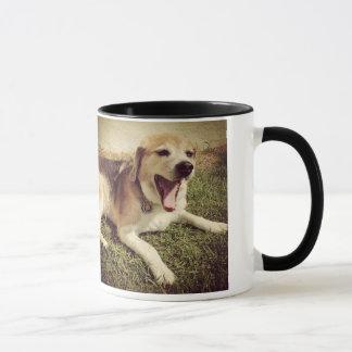 Taza de bostezo del perro