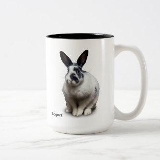 Taza de BunnyLuv que ofrece a Bogart