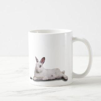 Taza de BunnyLuv que ofrece a Jake