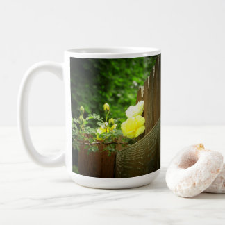 Taza De Café Abeja de la miel que poliniza el seto del rosa