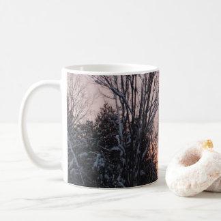 Taza De Café Ajuste de Sun del invierno detrás de árboles