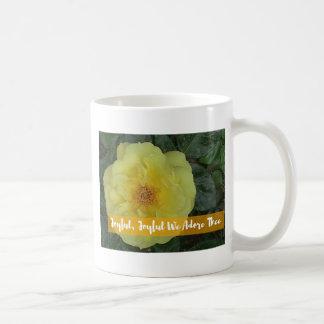 Taza De Café Alegres, alegre, adoramos Thee - flor botánica