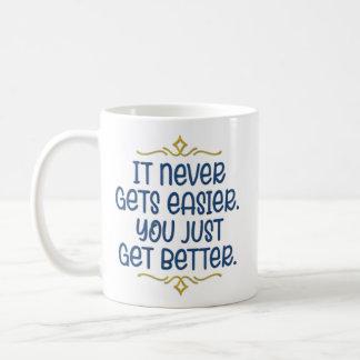 "Taza De Café Animándole ""apenas consiga mejor"""