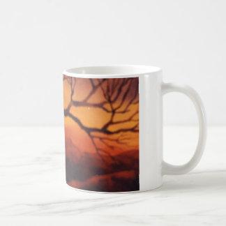 Taza De Café Árbol desnudo de la puesta del sol rural de la