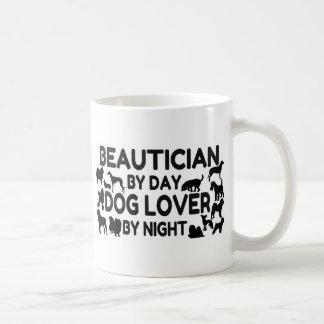 Taza De Café Beautician del amante del perro del día por noche