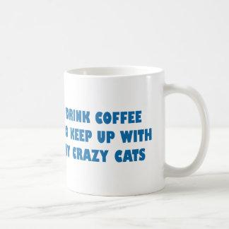 Taza De Café Bebo el café para continuar con mis gatos locos