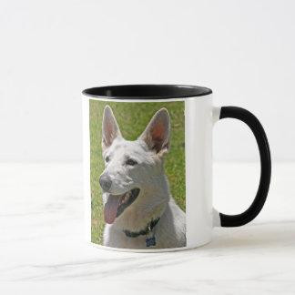 Taza de café blanca del pastor alemán