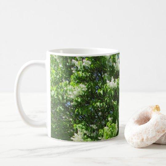 Taza de café blanca hermosa de las flores de las