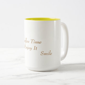 Taza de café blanca y amarilla
