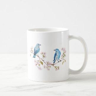 Taza De Café Bluebirds de la montaña en la rama de Sakura