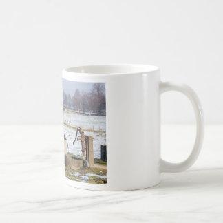 Taza De Café Bomba de agua y bien en paisaje de la nieve del