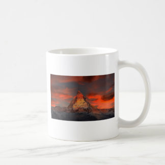 Taza De Café Brown y montaña del blanco gris debajo del cielo