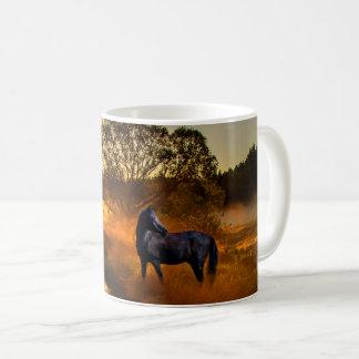 Taza De Café Caballo negro en la salida del sol o la puesta del