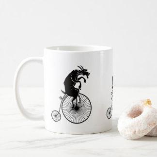 Taza De Café Cabra que monta una bici del comino del penique