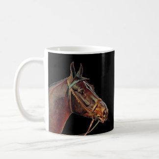 Taza De Café Café de los caballos de Brown, fondo negro
