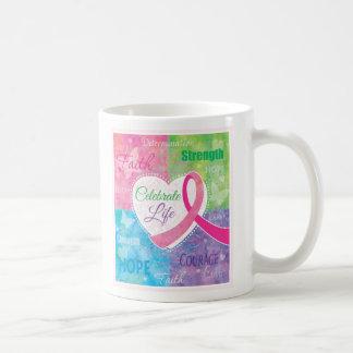 Taza De Café Celebre el diseño de la cinta del rosa del cáncer