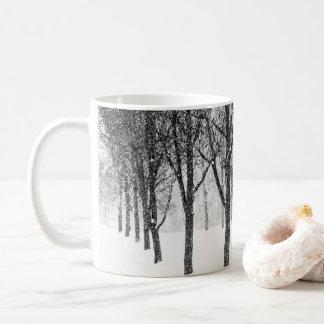 Taza De Café como echo a un lado con los árboles