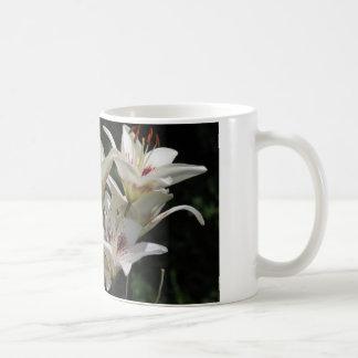 taza de café con los lirios blancos